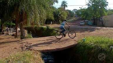 Moradores do bairro Cristo Redentor pedem por conserto de ponte, em Corumbá - A prefeitura da cidade informou que vai mandar uma equipe para tentar firmar a ponte.