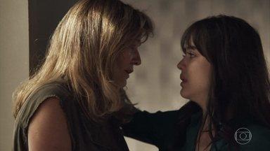 Lorena recebe a notícia da morte de Vinícius na cadeia - Arrasada, a mãe de Laura decide ir embora de Palmas para recomeçar a vida