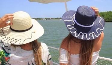 Chapéu personalizado é tendência nesse verão - A Fernandinha Pinheiro contou com a ajuda de uma dupla de influenciadoras digitais para mostrar os acessórios personalizados que caíram no gosto da mulherada. Entre eles, o chapéu de palha que pode ser bordado, forrado e customizado com o seu nome, ou, com uma ideia.