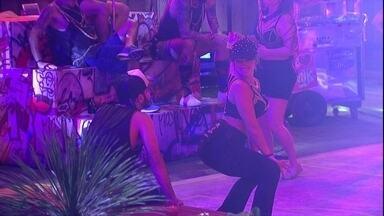 Jéssica e Patrícia sensualizam para Mahmoud - Sisters dançam durante festa