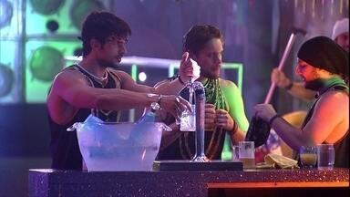 Diego brinca sobre sisters na festa: 'A gente decidiu dar mais trabalho que elas' - Os brothers dão uma pausa na pista de dança e vão pegar uma bebida
