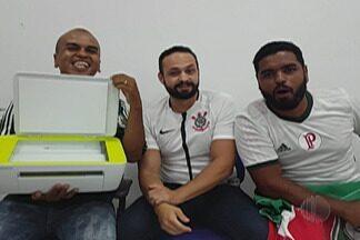 """Resenha: Garotinhos fazem aposta para o clássico entre Corinthians e Palmeiras - Perdedor do dérbi terá que tomar uma """"ducha"""" no lava-jato."""