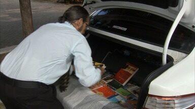 Taxista transforma carro em biblioteca ambulante - Confira mais notícias em G1.globo.com/ce