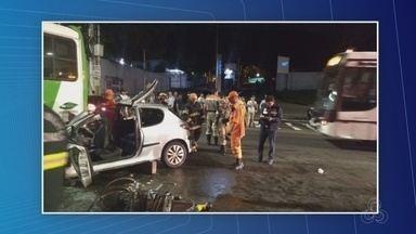 Acidente entre carro e ônibus deixa um morto e três feridos na Av. Constantino Nery - Colisão ocorreu por volta das 23h40; homem morreu no local.