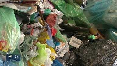 Prefeitura abre edital para conceder serviços de limpeza urbana à iniciativa privada - Um dos desafios é resolver prejuízos que cooperativas de material reciclado estão enfrentando. Administração municipal diz que concessão pode melhorar serviços.