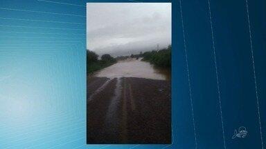 Chuva rompe barragem e alaga via que liga Ceará a Pernambuco - Confira mais notícias em G1.globo.com/ce