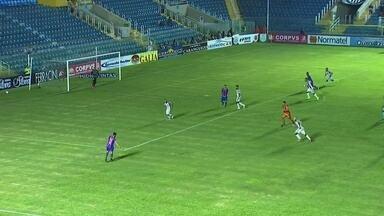 Aos 37`, Matheus solta chute a gol e a bola desvia no jogador do Ceará - Aos 37`, Matheus solta chute a gol e a bola desvia no jogador do Ceará