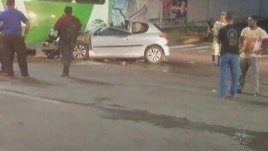 Acidente entre carro e ônibus deixa um morto e três feridos na Av. Constantino Nery, em Ma - Colisão ocorreu por volta das 23h40; homem morreu no local.