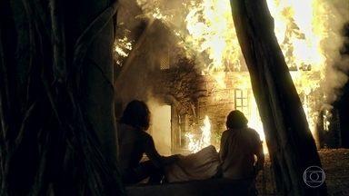 Afonso consegue salvar Levi e Samara do incêndio - Ele leva os dois para a casa de Martinho e Constância