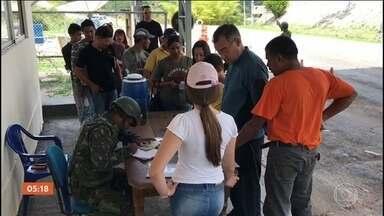 Barreira é criada em Roraima para fiscalizar entrada de venezuelanos no Brasil - Cem homens do Exército e da Força Nacional vão fiscalizar os documentos, malas e automóveis de quem chega no país. Só este ano, 18 mil venezuelanos se mudaram para o Brasil fugindo da fome e da crise política.