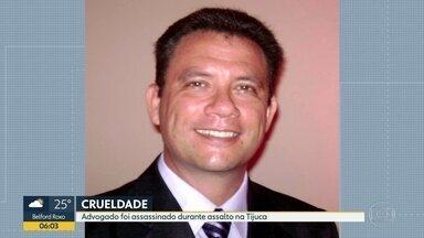Duas pessoas são baleadas durante assaltos no Rio e São Gonçalo - Em São Gonçalo, um adolescente de 16 anos foi baleado enquanto conversava com um amigo na porta da escola. Ele não reagiu ao assalto. Na Tijuca, no Rio, um advogado foi morto.