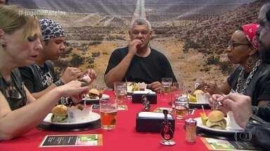 Norberto serve a entrada e o prato principal - Vidraceiro também recebe a visita do chef Tiago Caparroz para avaliar seu cardápio e colocou a galera para cantar rock com a sua atração