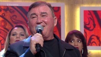Amado Batista canta 'Princesa' - Casais aproveitam o som para dançar no palco do 'Encontro'