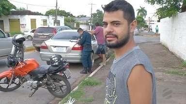 Motorista com sinais de embriaguez se recusa a assinar auto de infração em Corumbá, MS - Um motorista aparentemente bêbado deu trabalho aos policiais militares. Ele estava dirigindo um carro com placas da Bolívia. Uma cena deplorável de irresponsabilidade e de desrespeito. O homem se recusou a assinar o auto de infração.