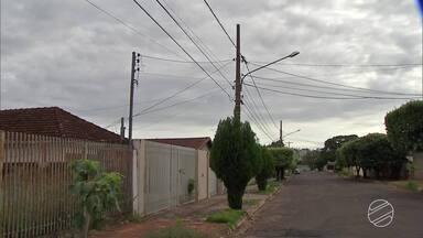 Moradores flagram homens furtando fios de energia de casa abandonada em Campo Grande - Na noite de segunda-feira (26), moradores da Vila Carvalho flagraram dois homens furtando fios de energia elétrica em uma casa que está abandonada. Os próprios moradores seguraram um dos suspeitos até a chegada da polícia.