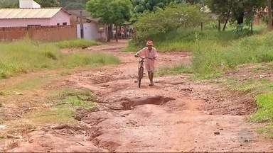 Moradores do Jardim Planalto, em Ponta Porã, reclamam de buracos nas ruas - Eles também reclamam da falta de asfalto.