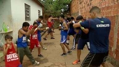 Pugilista Popó visita projeto que dá aula de boxe aberta à população em MS - O lutador é tetra campeão mundial de boxe.