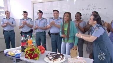 PM prepara surpresa para garota que tem sonho de ser policial em Campo Grande - Amanda ganhou uma placa e uma camiseta feita especialmente para ela. Essa festa de 15 anos vai marcar a história da adolescente.