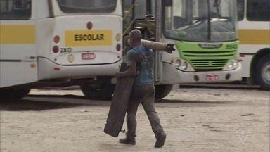 Mongaguá está com 93% da frota municipal de ônibus quebrada - Segundo Viação Beira Mar, 14 dos 15 ônibus que fazem o transporte público da cidade estão em manutenção. Prefeitura fala em troca de empresa.
