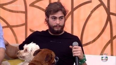Rafael Vitti apresenta seus dois cães adotados com deficiência - Nino não tem uma das pernas e Penélope não tem o olho esquerdo, mas o ator garante que os cachorros não sentem falta e convivem normalmente com os demais animais da casa
