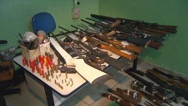 Homem de 78 anos é preso após polícia recolher 43 armas na casa dele em Ribeirão Preto - O lugar funcionava como casa de conserto de armas. Todas estão com a identificação de quem são os donos.