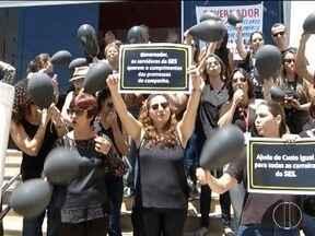 Servidores da Secretaria de Estado de Saúde realizam protesto em Montes Claros - Funcionários cobram ajuda de custa para todos os servidores.