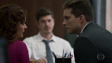 Bruno interroga Leandra, e Patrick se apresenta como advogado da moça - Ela conta para o advogado que Rato afirmou que ia ganhar muito dinheiro e mudar de vida. Patrick identifica coincidências entre a morte do capanga, de Laerte e Vanessa