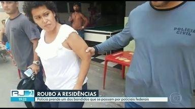 Polícia prende um dos bandidos que se passam por policiais federais - A polícia prendeu uma ladra que faz parte da quadrilha que rouba casas com uniformes da polícia federal. Ela estava em casa em Jacarepaguá.