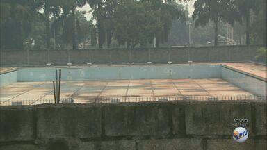 Moradores reclamam de piscina abandonada há 10 anos em Matão, SP - Prefeitura disse que estuda uma maneira de reativar as atividades no local.