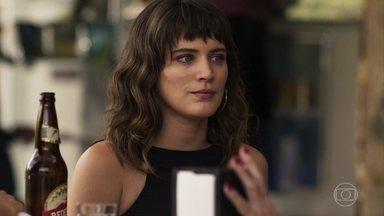 Clara descobre quando Gustavo voltará ao bordel - Caetana pede para Elizabeth e a filha não comentarem nada com Leandra