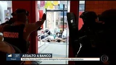 Bandidos fazem 36 reféns durante assalto a um banco em Madureira, duas pessoas morreram - O assalto aconteceu nesta sexta-feira (2) em uma agência bancária em Madureira. Seguranças da agência reagiram e houve tiroteio. Durante a troca de tiros, duas pessoas morreram. Um dos reféns foram confundidos com bandido.