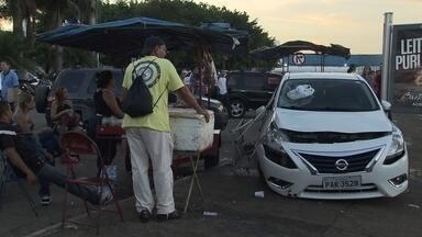Polícia investiga atropelamento em parada de ônibus na Asa Norte - Sete pessoas ficaram feridas no acidente, nesta sexta-feira (2). O teste do bafômetro deu negativo. Em depoimento, o motorista disse que perdeu o controle da direção após ter sido fechado. Uma das vítimas afirmou que o carro estava em alta velocidade