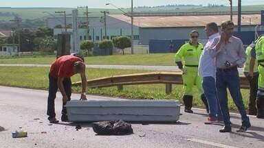Motociclista morre ao bater em caminhão em Sertãozinho, SP - Mulher da vítima que estava na garupa sofreu ferimentos na perna.