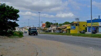 Ciclista morre após ser atropelado por caminhão em São Pedro da Aldeia, no RJ - Segundo os bombeiros, acidente aconteceu na noite desta sexta-feira (2), no Vinhateiro.