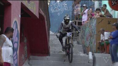 Descida das Escadas de Santos acontece neste domingo - Evento tradicional na cidade, competição é uma verdadeira festa na comunidade do Morro do Pacheco.