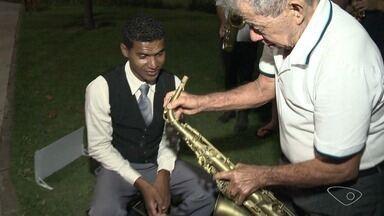 Músico que faziam campanha por saxofone tem surpresa em Vitória - Agora o Leandro pode aprender a tocar como sempre quis.