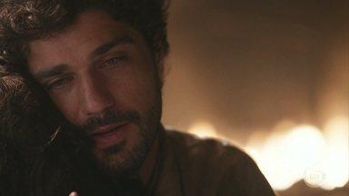 Inácio se emociona ao se despedir de Mariana - Ele diz que se encontrarão em breve no Brasil