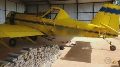 Polícia Federal apreende avião agrícola carregado com tijolos de maconha - A Polícia Federal, com apoio da Polícia Militar, apreendeu na tarde deste sábado (3) um avião agrícola carregado com mais de 200 quilos de maconha.