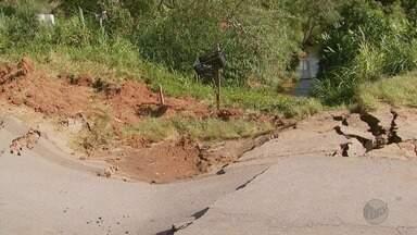 Rodovia entre Caxambu e Baependi continua interditada com rompimento de manilha - Rodovia entre Caxambu e Baependi continua interditada com rompimento de manilha