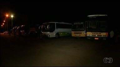 PRF flagra irregularidades em ônibus de transporte de estudantes, em Goiás - Policiais encontraram veículos sem condições adequadas de segurança. Alertados dos perigos, passageiros ficaram preocupados.