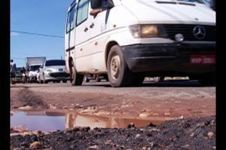 Buracos dificultam a vida de quem precisa trafegar diariamente na Agusto Montenegro - Motoristas reclamam dos danos causados aos veículos.