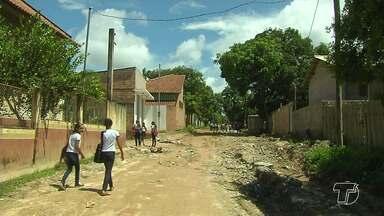 Alunos enfrentam dificuldades para chegar a escolas por causa da precariedade das ruas - Além dos problemas estruturais, as escolas têm que lidar com a falta de alunos provocada pelos transtornos das chuvas.