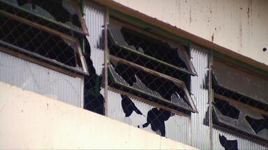 Adolescentes são flagrados quebrando janelas de ginásio de escola - É mais um problema para a escola Aníbal Lopes, que é antiga, e está passando por reformas.