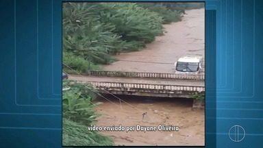 Ônibus e carros são arrastados dentro de rio em Petrópolis, no RJ - Caso aconteceu no bairro Cascatinha, em Petrópolis.