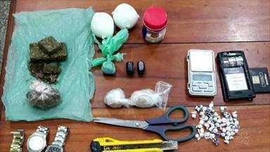 Polícia apreende maconha e crack em casa na Zona Norte de Macapá - Meio quilo de drogas foi encontrado no bairro Muca, em uma residência que funcionava como posto de venda. Apreensão ocorreu na madrugada deste sábado, 3.