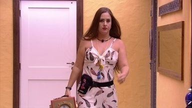 Patrícia busca urna na despensa antes da formação do sexto Paredão - A sister pega a urna e volta para a sala