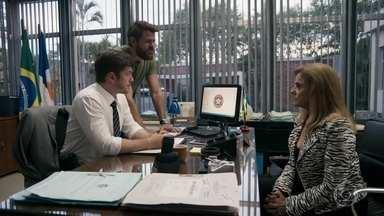 Bruno ordena que uma viatura policial siga o paradeiro de Lívia e Mariano - Sophia revela ao delegado que colocou o celular de Amaral no carro da filha