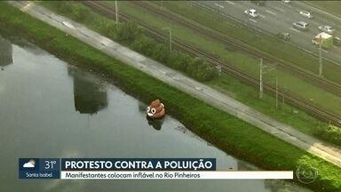 Movimento Volta Pinheiros protesta contra poluição e sujeira no Rio Pinheiros, em SP - Dois bonecos infláveis foram colocados no rio, que corta a Capital. Objetivo é conscientizar população e cobrar autoridades.