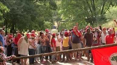 MST ocupa fazenda de coronel amigo de Temer em Duartina (SP) - O MST afirma que a fazenda pertence ao presidente Michel Temer, mas ele nega. A Argepan já conseguiu uma liminar na justiça para a reintegração de posse.