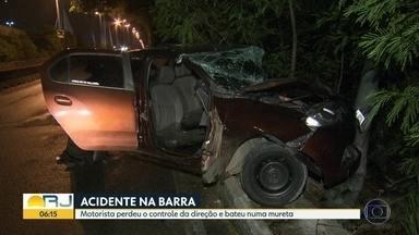Acidente grave na Barra da Tijuca - O motorista de um carro perdeu o controle da direção e bateu em um poste e numa mureta. Ele teve fraturas e foi levado para o Hospital Lourenço Jorge, na Barra da Tijuca.